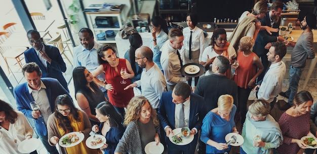 Concetto festivo di unità del partito del ristorante dell'alimento