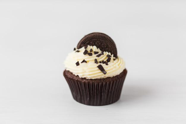 Concetto di cibo e vacanza - close up di cupcake compleanno sopra il muro bianco. Foto Premium