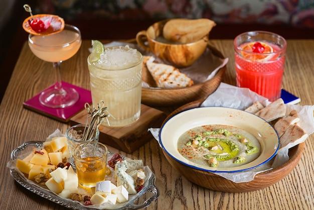 Gelatina di hummus alimentare diversi tipi di cocktail di formaggio e alcol sul tavolo