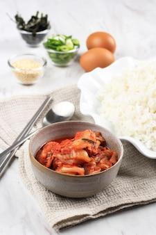 Preparazione degli ingredienti alimentari: riso, kimchi, uova, semi di sesamo, nori e cipollotto. preparazione preparare il bokkeumbap o il riso fritto al kimchi
