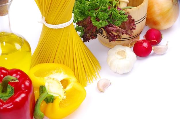 Ingredienti alimentari isolati su sfondo bianco