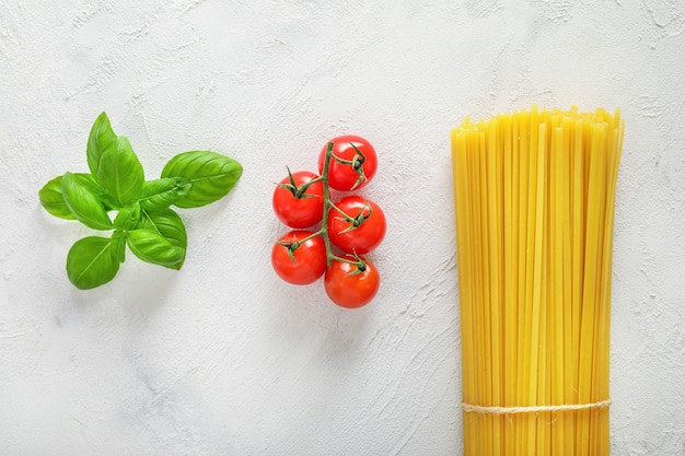 Ingredienti alimentari per pasta italiana su bianco.