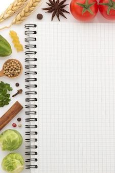 Ingredienti alimentari e ricettario su bianco