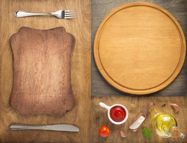 Ingredienti alimentari e spezie con tagliere per pizza al tavolo di legno, vista dall'alto