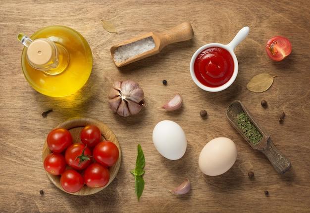 Ingredienti alimentari e spezie al tavolo di legno, vista dall'alto