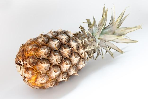 Cibo, minimalismo, colore, natura morta e concetto naturale - ananas su sfondo bianco