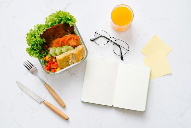 Cibo in ufficio. pranzo sano per lavoro.
