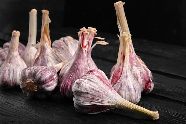Foto di cibo di aglio rosso sul tavolo di legno scuro