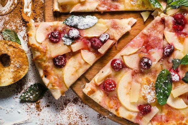 Arte della fotografia di cibo. ricetta torta di mele. concetto creativo del menu della pizza alla frutta del ristorante