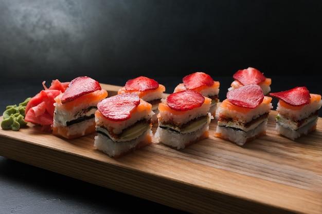 Arte della fotografia di cibo. assortimento di involtini di sushi. concetto di cucina giapponese