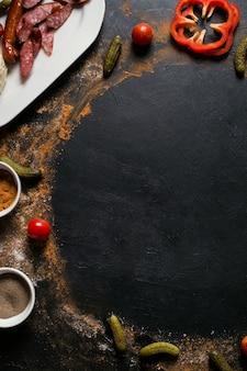Fotografia di cibo. sfondo di assortimento di verdure e salsicce biologiche. concetto di stile di vita gustoso