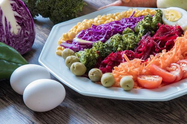 Piatto dell'alimento con insalata variopinta sana.