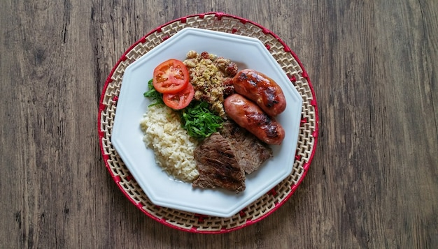 Piatto di cibo con barbecue brasiliano tradizionale.