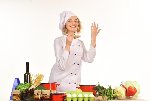 Preparazione del cibo con verdure dieta cibo sano cucina concetto vegetariano bellissimo chef carino