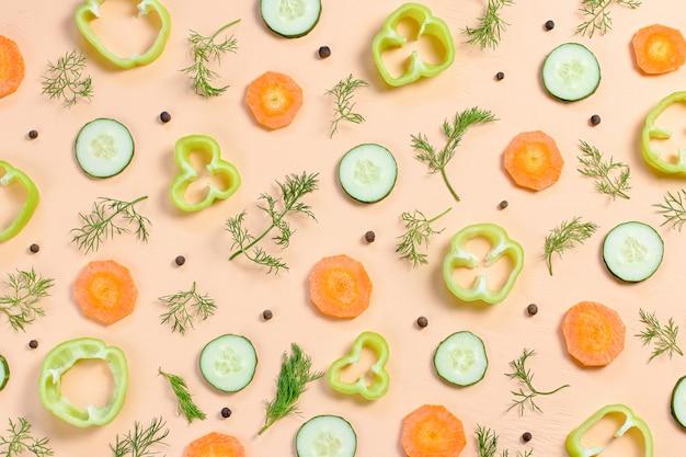 Modello senza cuciture di cibo con carote, cetrioli, verdure, pepe e spezie