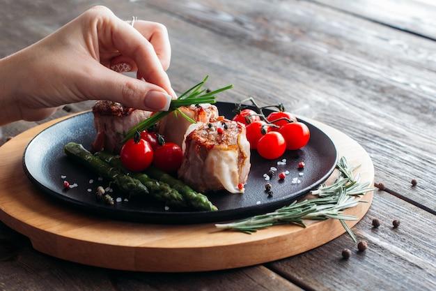 Alimento che serve del piatto di maiale nel ristorante