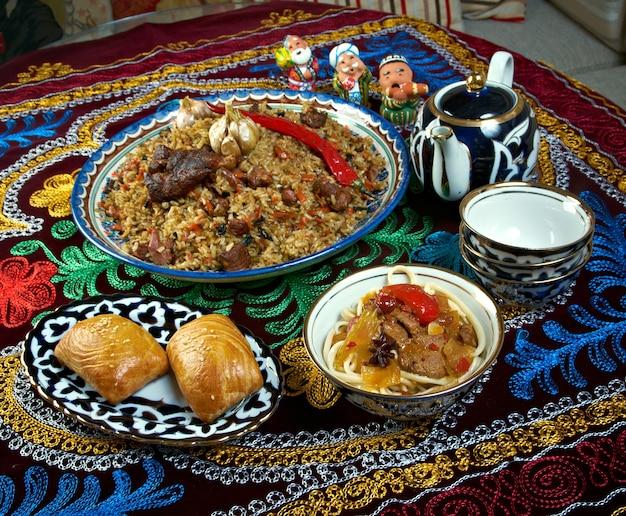 Set di cibo cucina dell'asia centrale - plov, lagman, sorbetto e samsa