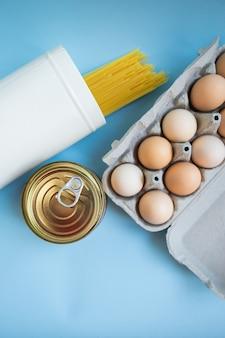 Set di cibo. coronavirus cibo a domicilio. pasta, uova, cibo in scatola. consegna della merce senza contatto. il concetto di quarantena e isolamento durante una pandemia