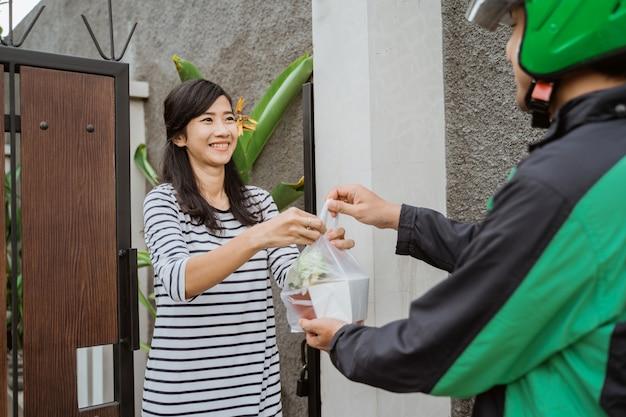 Shopping alimentare consegnato al cliente