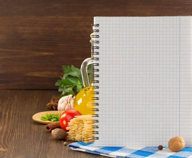 Spezie alimentari e ricettario su legno