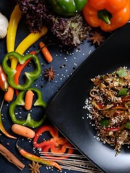 Arte della fotografia di food styling. pasto di cucina asiatica con verdure nel layout di sfondo. concetto di creatività artigianale