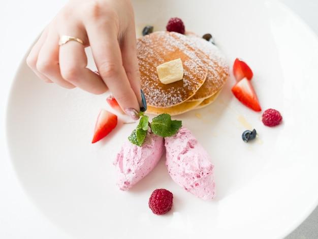 Stilista del cibo. dolce gustoso dessert. concetto di arte e creatività