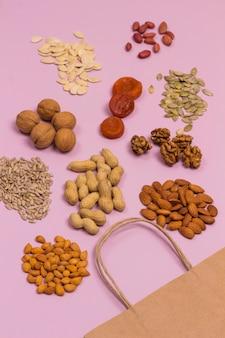 Alimenti ricchi di acidi grassi tra cui mandorle, semi di girasole, noci, albicocche secche, arachidi