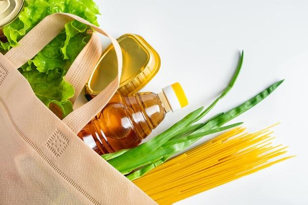 Prodotti alimentari su uno sfondo bianco. il set minimo di prodotti necessari.