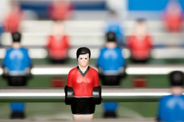 Figura di calcio-balilla nella fine di rosso in su