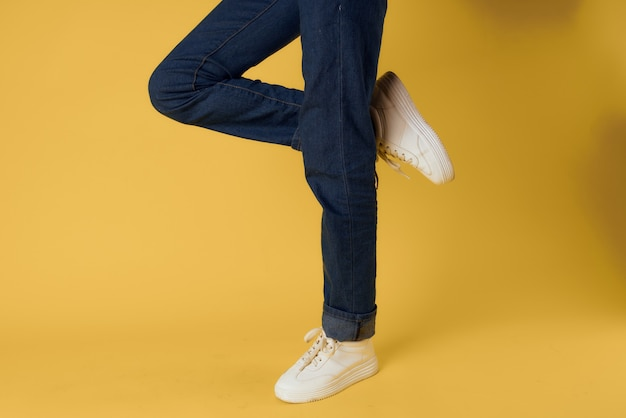 Scarpe da ginnastica bianche di gesto del piede
