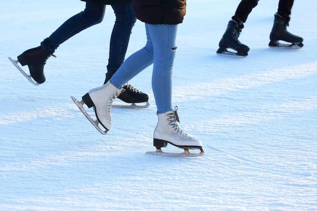 Persona che pattina sul ghiaccio sulla pista di pattinaggio