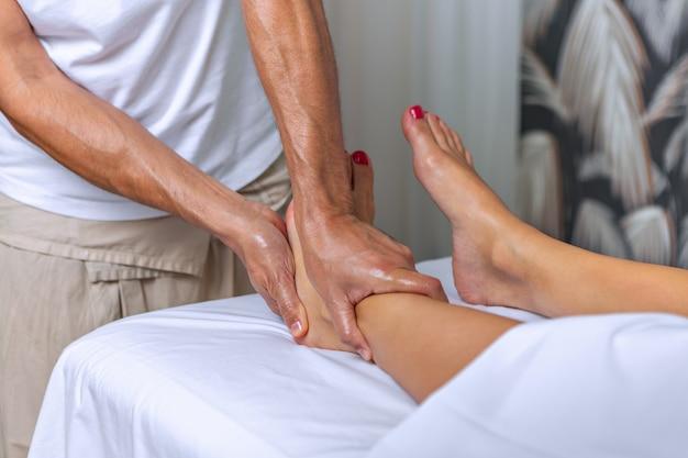 Massaggio di riflessologia plantare nel salone della stazione termale. concetto di spa.
