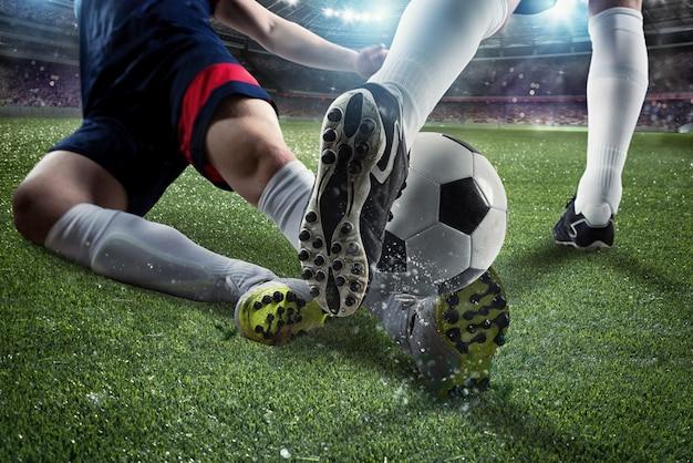 Scena di azione di calcio con giocatori di calcio in competizione allo stadio