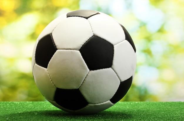 Pallone da calcio su erba verde artificiale Foto Premium