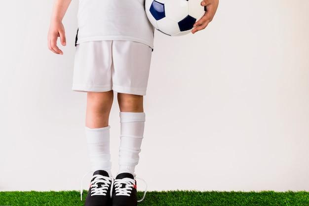 Concetto di gioco del calcio con la ragazza che tiene palla