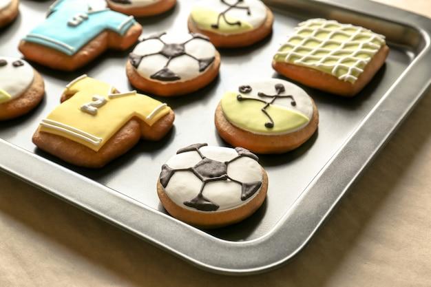 Biscotti di calcio sulla teglia