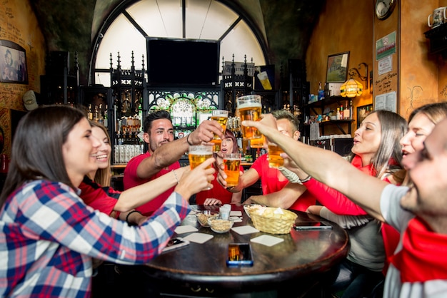 Appassionati di calcio in un pub