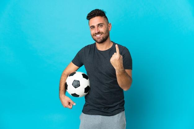 Giocatore di football isolato su sfondo blu che fa un gesto imminente