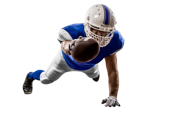 Giocatore di football americano con un'uniforme blu che segna su un muro bianco