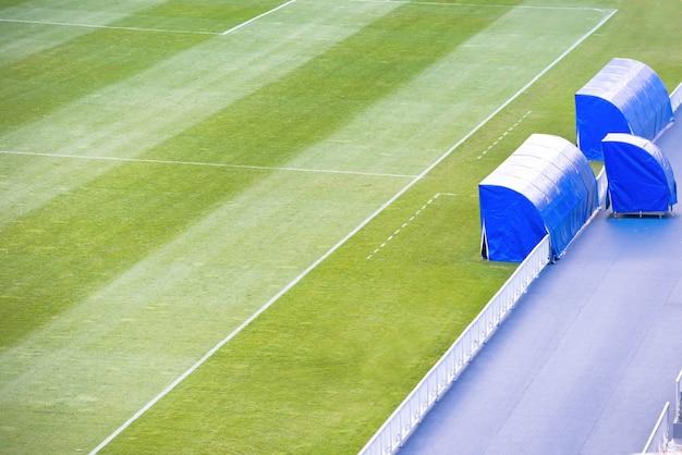 Campo da calcio verde con panchina dell'allenatore sullo stadio