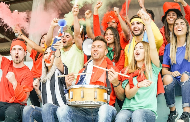 Fan di tifosi di calcio che guardano la partita di calcio internazionale