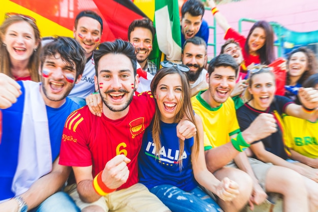 Sostenitori di calcio insieme allo stadio durante una partita