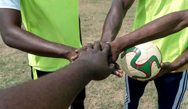 Squadra di calcio in pausa facendo tremare la mano