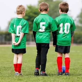 Squadra di calcio al campo di calcio