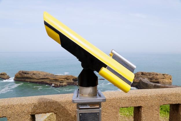 In primo piano un telescopio a gettone sullo sfondo il mare atlantico, biarritz, france