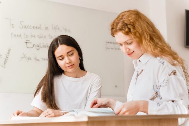 Studio privato di una scuola straniera con una ragazza della scuola