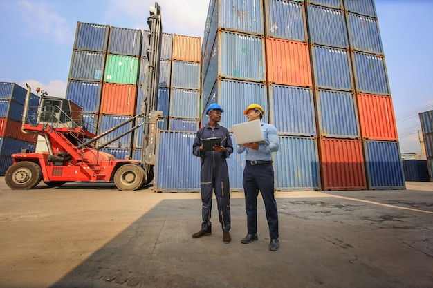Cassetta dei contenitori di carico di controllo del caposquadra dalla nave cargo per l'importazione e l'esportazione. container warehouse worker.