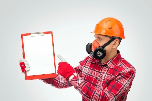 Caposquadra che dà istruzioni o istruisce dalla sicurezza sul lavoro. concetto di equipaggiamento protettivo personale.