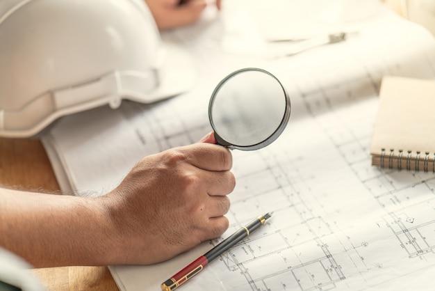 Difetto dell'ispettore ufficiale foreman sull'ingegnere e l'architetto che lavorano a casa prima di completare il progetto