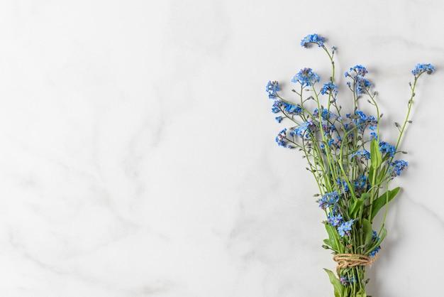 Non ti scordar di me bouquet di fiori su bianco